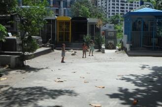 vaatamata sellele, et igapäevane mänguplats on surnuaed, siis olid nad ülimalt rõõmsad tegelased.