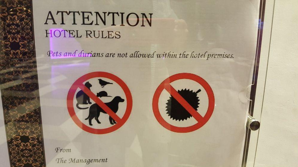 muide, hotellis oli meil siuke silt. Durian on üks jõleda lehaga puuvili, kuid malaidele paistab ta üldiselt meeldivat.