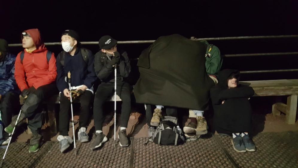 mõned hullud tegid matka lühkarites ja neil kippus jahedaks minema.