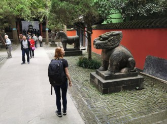 turist vaatab kuju