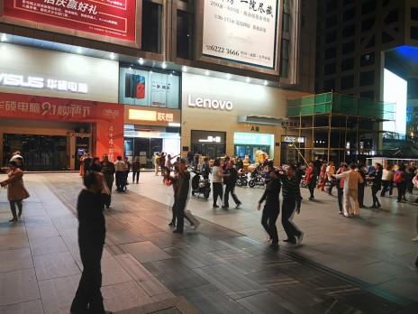 ka Chengdus tantsivad keskealised (ja vanemad) tänavatel